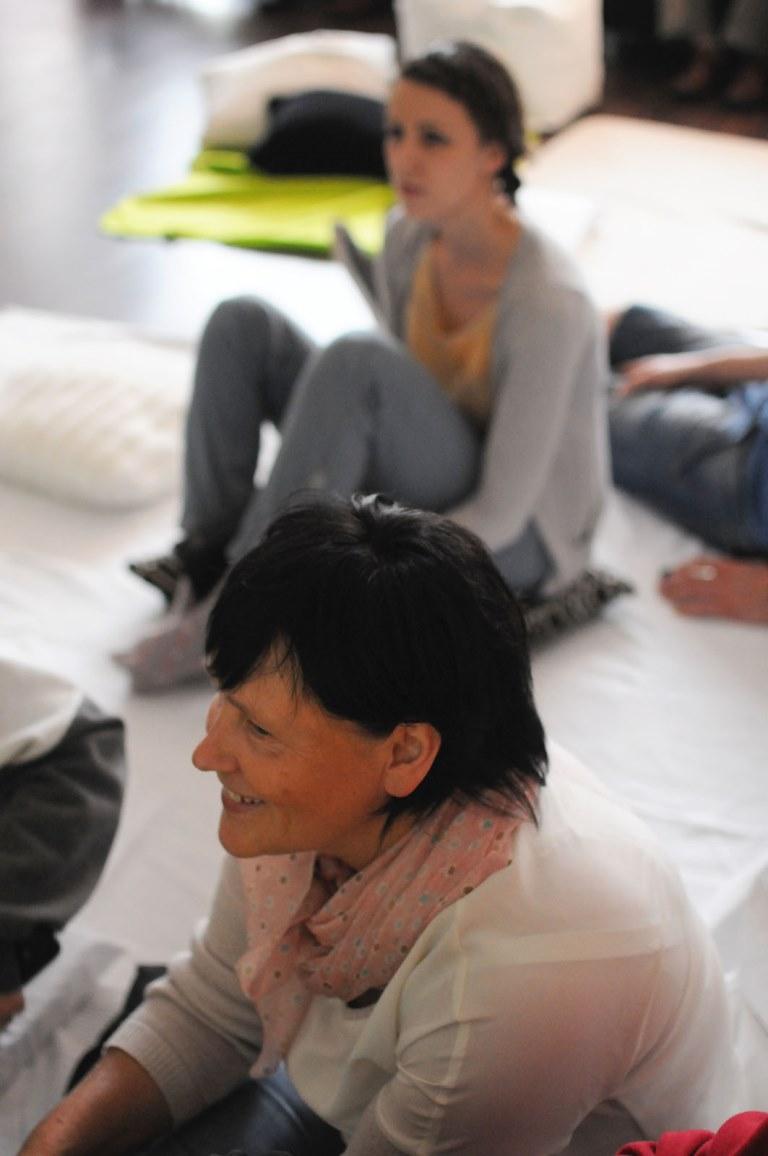 siedzieliśmy na podłodze wyścielonej kocami, poduszkami słuchając, śpiewając, wielbiąc...