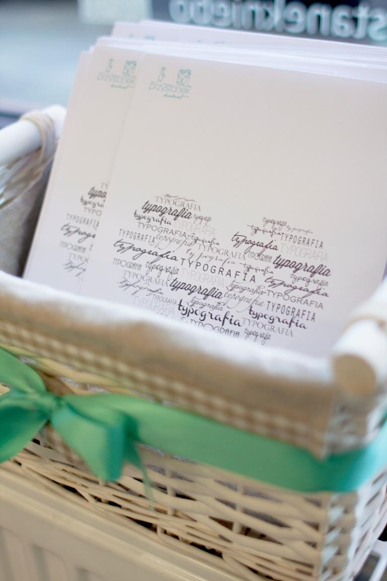 w prezencie każda z uczestniczek otrzymała typografię z pięknym tekstem, który może zdobić nasze ramki w domu. jeśli zdobi już Wasze to czekamy na zdjęcia!  do zobaczenia na kolejnym spotkaniu, na którym porozmawiamy o domowych przyjęciach. wszystkiego dobrego i dziękujemy, że byłyście!