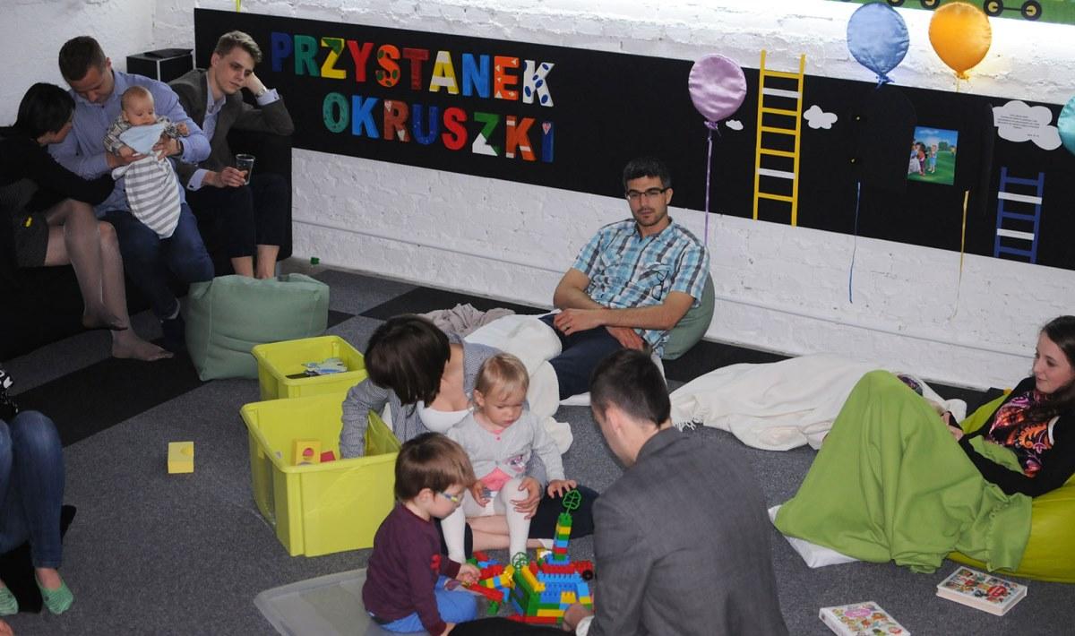 w przerwie między nauczaniami część z nas korzystała ze spaceru, a inni postanowili posiedzieć na przystanku okruszki. dzieci były bardzo gościnne