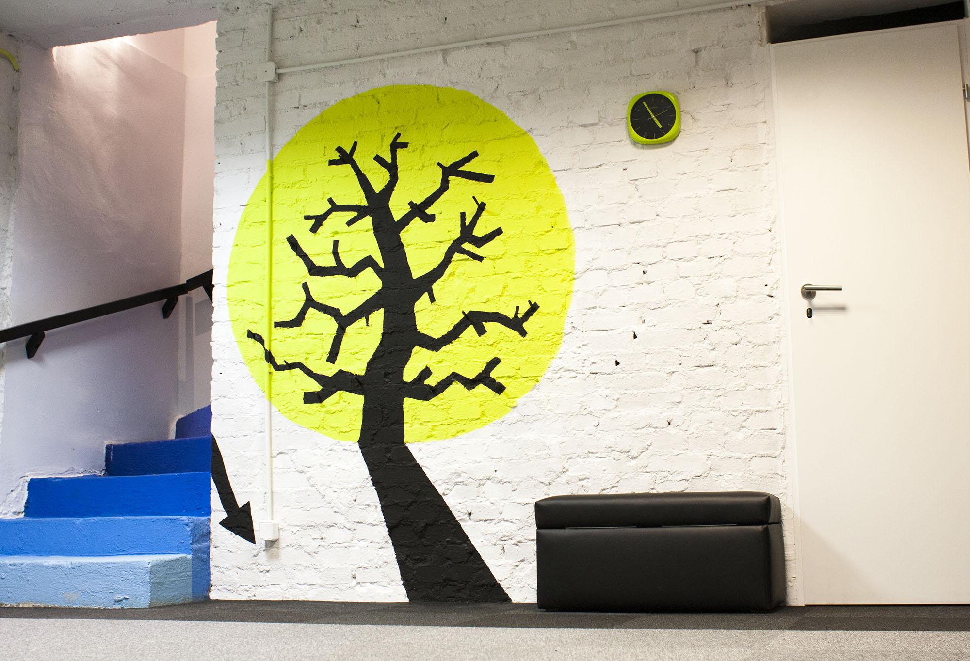 drzewko, pod którym dzieci zostawiają obuwie i na którym wieszają swoje worki w rzeczami.