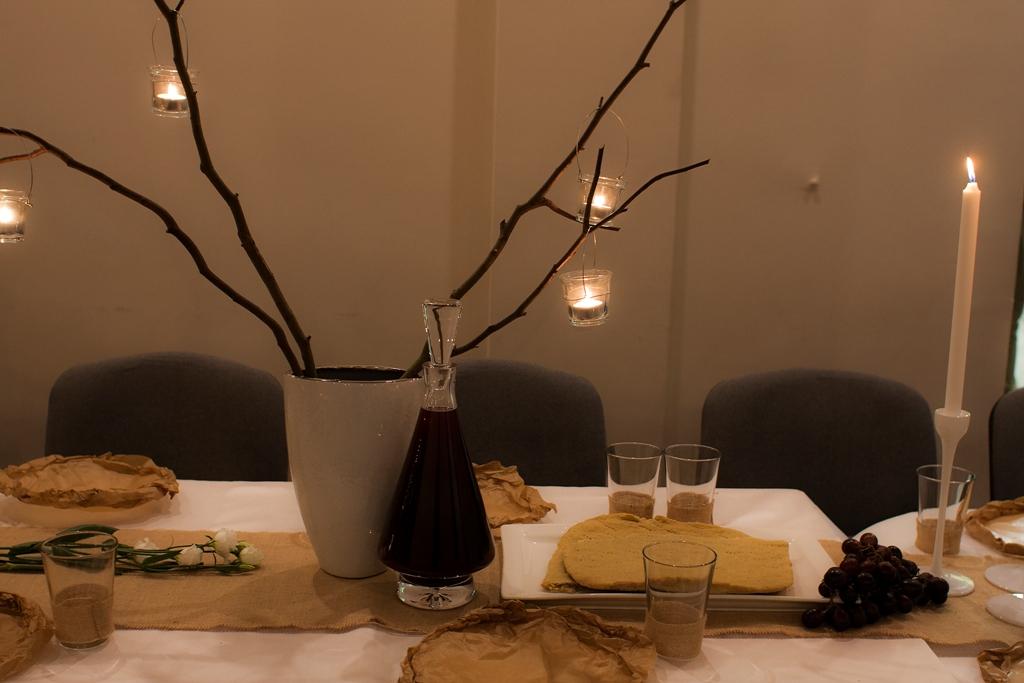 sok z winogron i chleb czekają jako symbole krwi i ciała Jezusa.
