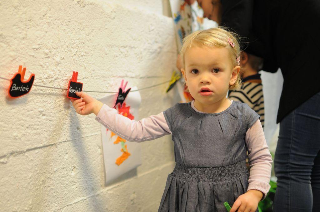 gabi pilnuje, żeby wszystkie dzieci przywiesiły swoje prace :)