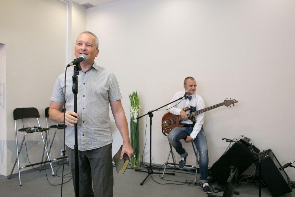 spragnionych naszych spotkań Leszek, opowiadał historie biblijne z głębi serca. jego radość, że możemy znowu być razem śpiewając i chwaląc Boga promieniowała na każdego.