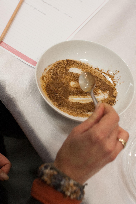 jakby peeling wyszedł za kruchy można dodać łyżeczkę oleju, a jak za wodnisty to więcej cukru.