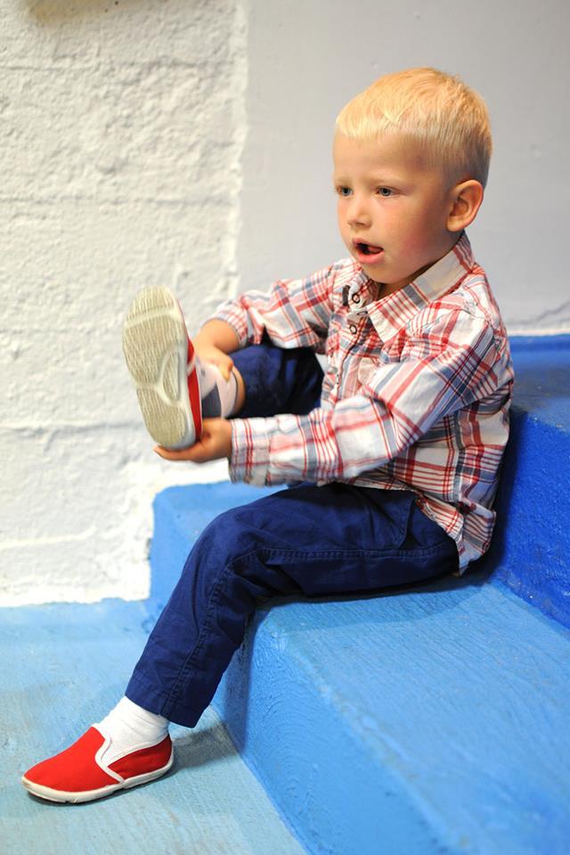 dzieci dobrze wiedzą, że przed wejściem do okruszkowej sali należyściągnąćbuty. dorośli, uczmy się od naszych maluchów:)