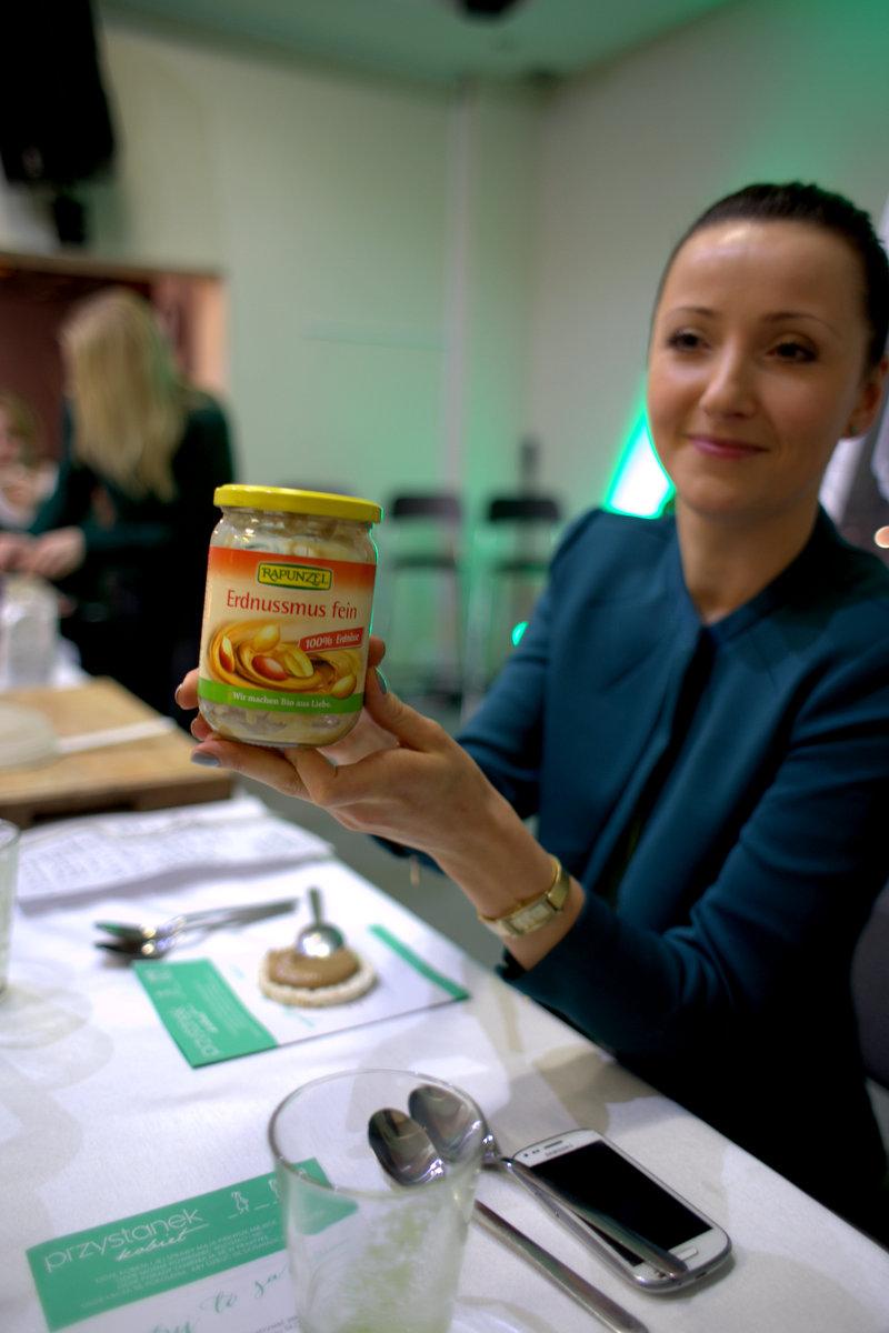 a tutaj karolinka pokazuje świetny produkt, już zmielone i gotowe do użycia orzechy, był też sezam i orzechy laskowe.