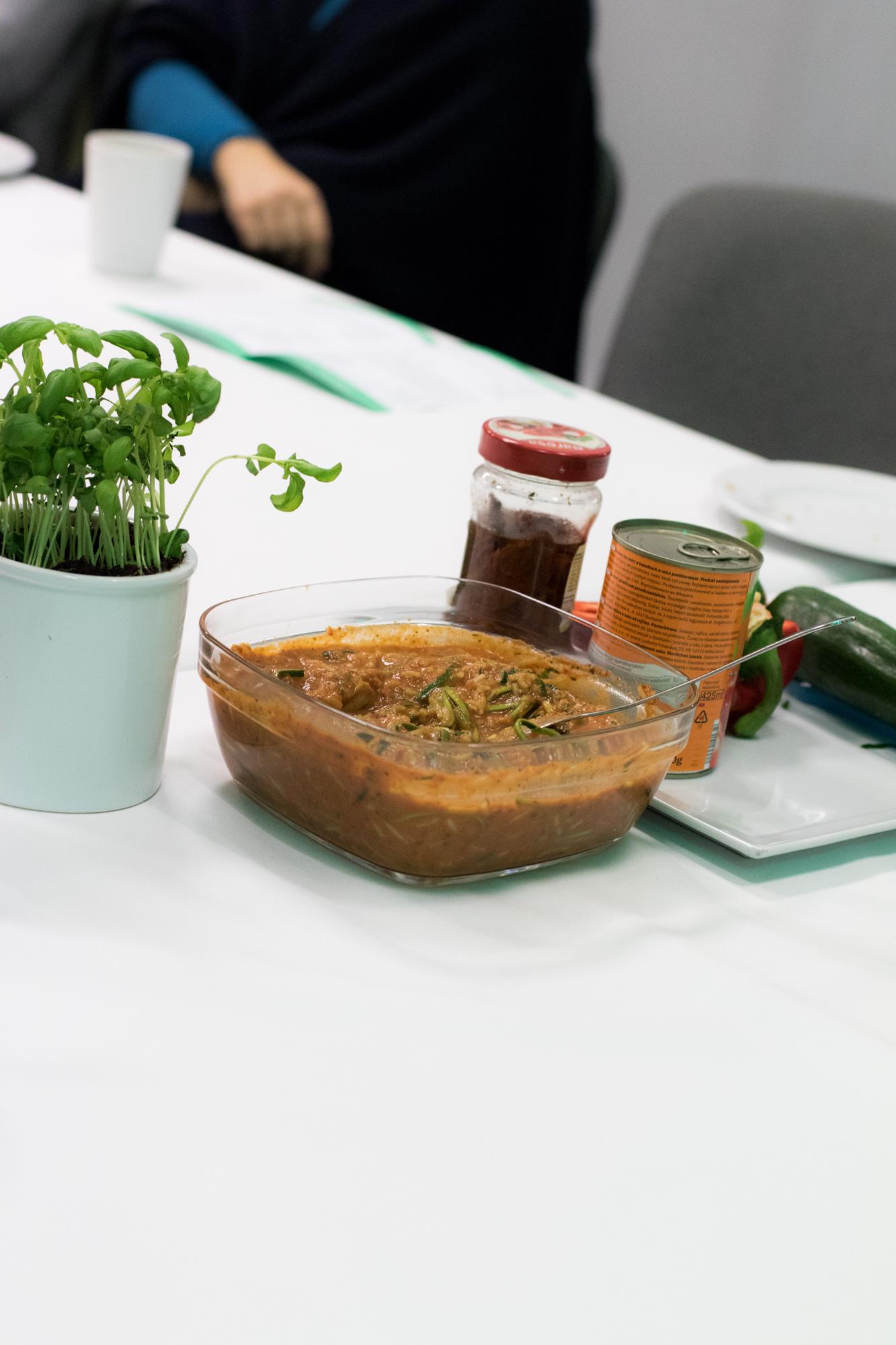 kolejna potrawa spaghetti z surowej cukinii z sosem pomidorowo-paprykowym.