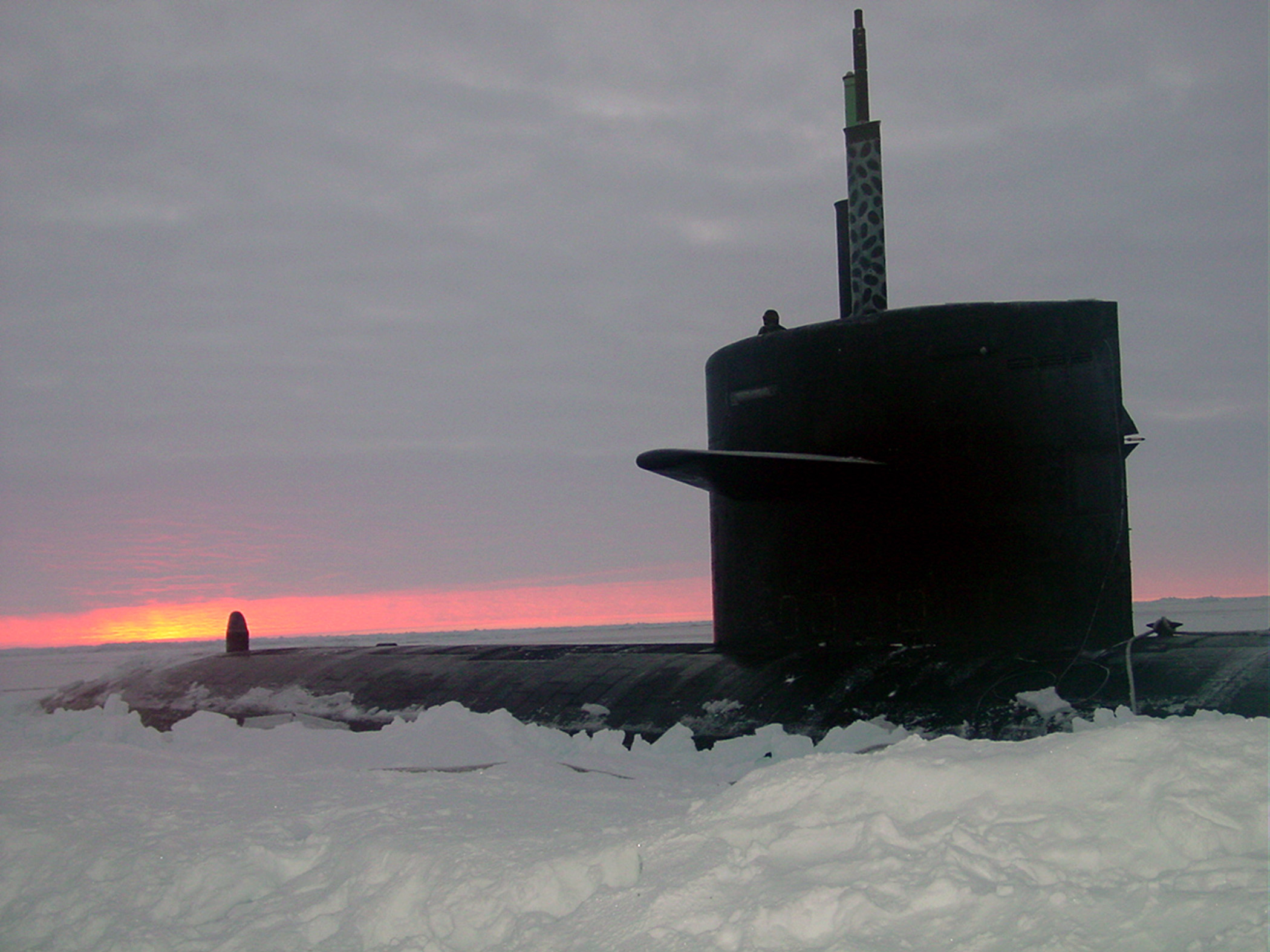 US_Navy_031000-N-XXXXB-004_The_Los_Angeles-class_fast_attack_submarine_USS_Honolulu_(SSN_718)_sits_surfaced_280_miles_from_the_North_Pole_at_sunset.jpg