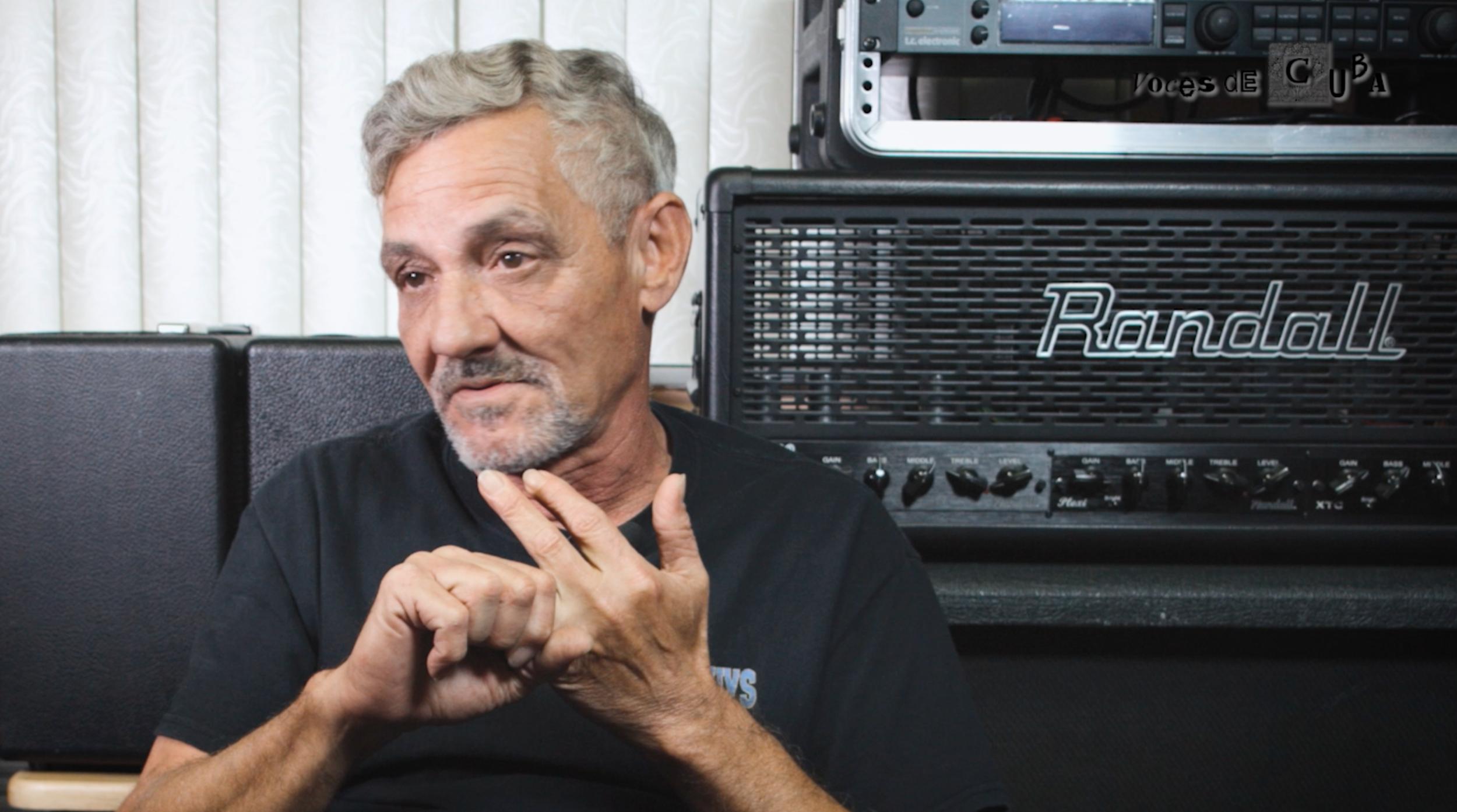 Miguel Rodríguez, ex guitarrista del grupo VENUS durante el rodaje del programa