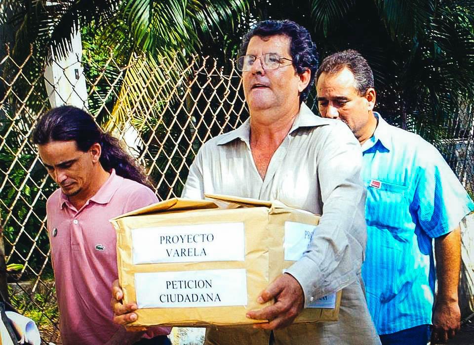 Oswaldo Payá (centro), líder del Movimiento Cristiano Liberación, lleva una caja con las 14,000 firmas en apoyo del Proyecto Varela, en octubre del 2003, en La Habana.  JOSE GOITIA    AP    Read more here: http://www.elnuevoherald.com/opinion-es/opin-col-blogs/opinion-sobre-cuba/article120058828.html#storylink=cpy