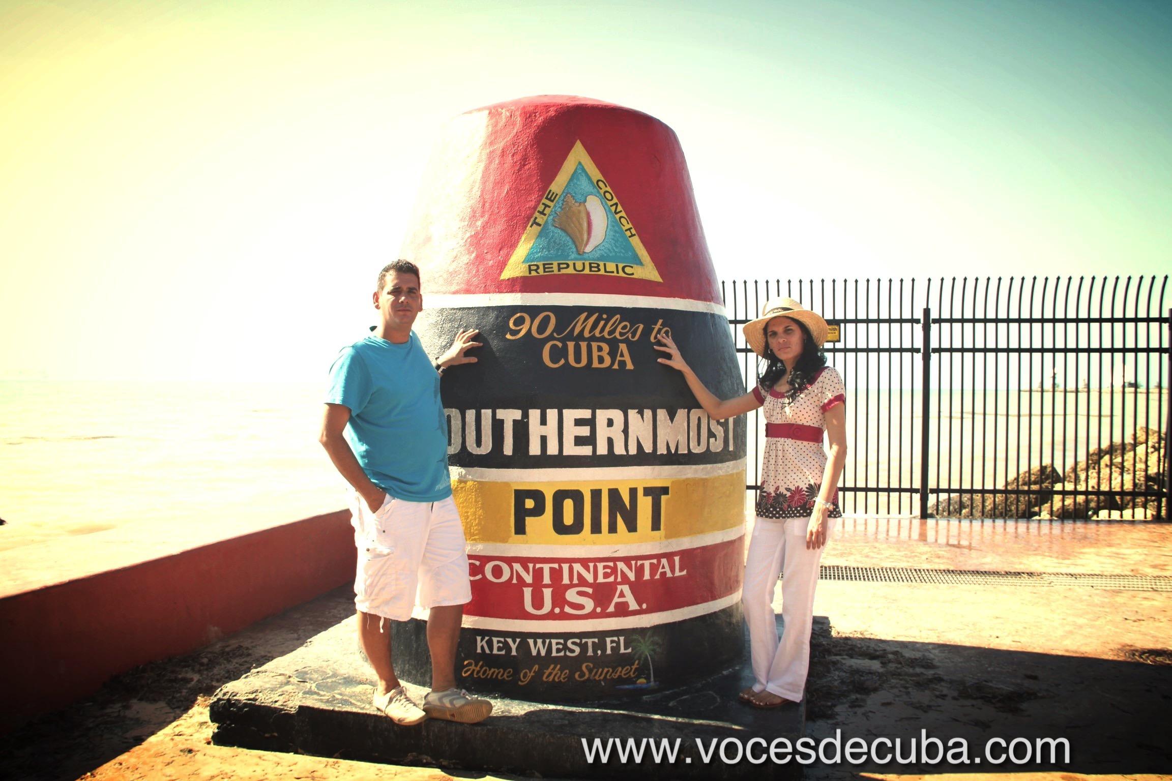 """Sayli Navarro durante el rodaje de la entrevista con """"Voces de Cuba"""" en Key West junto a Jeffrey Puente García, director de VDC"""