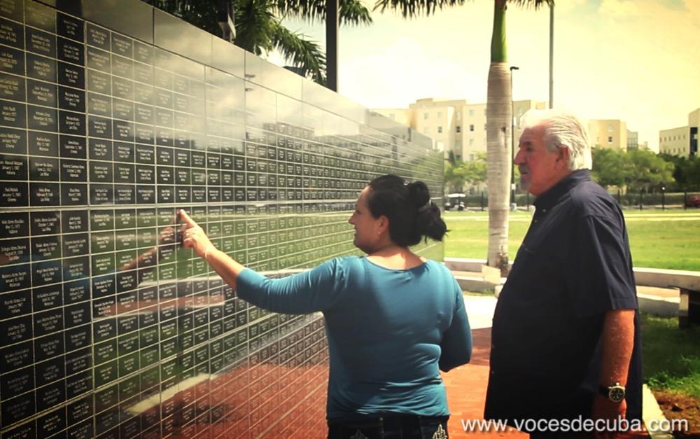 """MARÍA VICTORIA Y JORGE GARCÍA EN MEMORIAL A LAS VÍCTIMAS DEL CASTRISMO DURANTE EL RODAJE DEL PROGRAMA """"HUNDIMIENTO DEL REMOLCADOR 13 DE MARZO""""."""