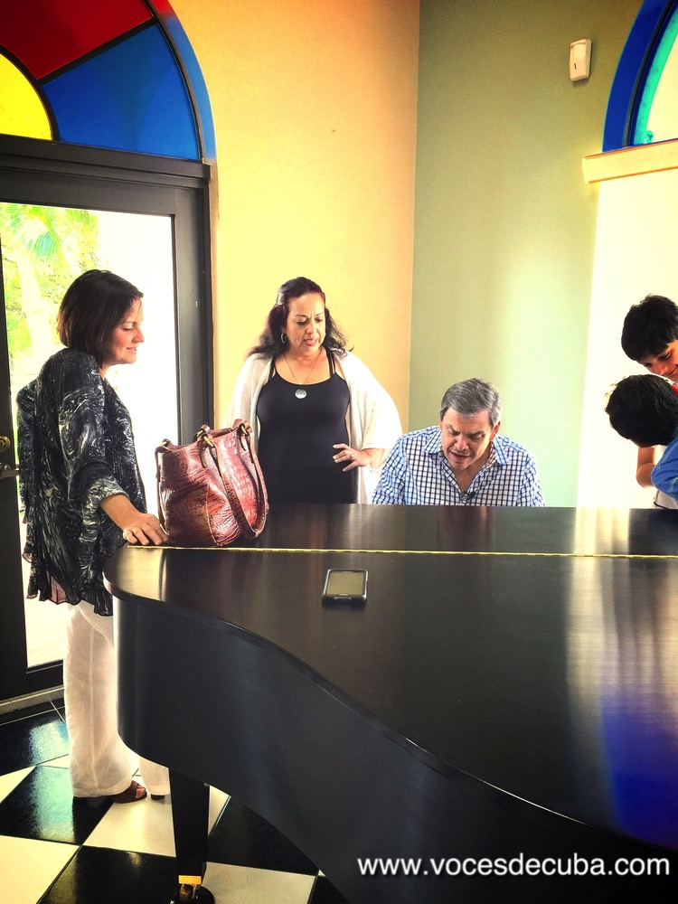 "Juan Manuel Cao, su familia junto a Janisset Rivero durante el rodaje de ""Voces de Cuba"""