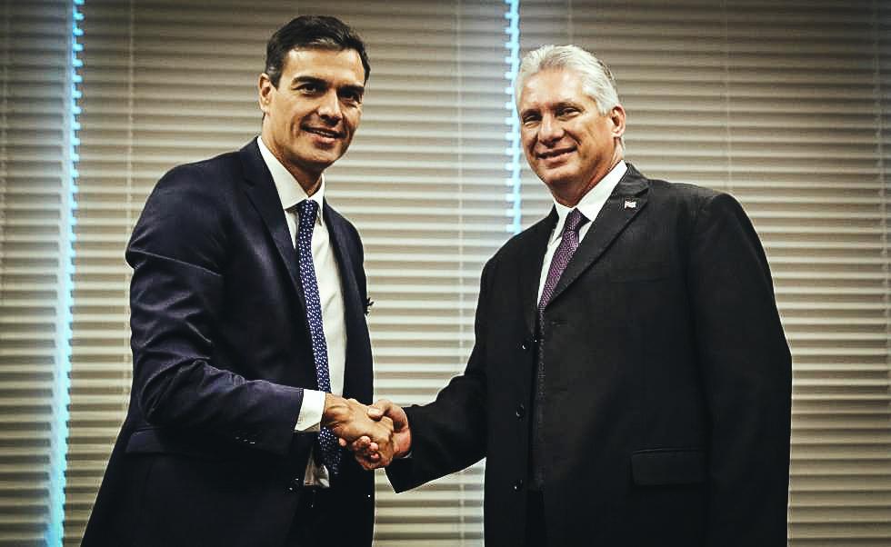 El presidente del Gobierno de España, Pedro Sánchez, saluda al designado gobernante de Cuba, Miguel Díaz Canel, en su visita a La Habana.
