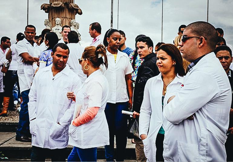 Centenares de galenos cubanos han desertado de las misiones médicas fuera de la isla.EFE / ARCHIVO