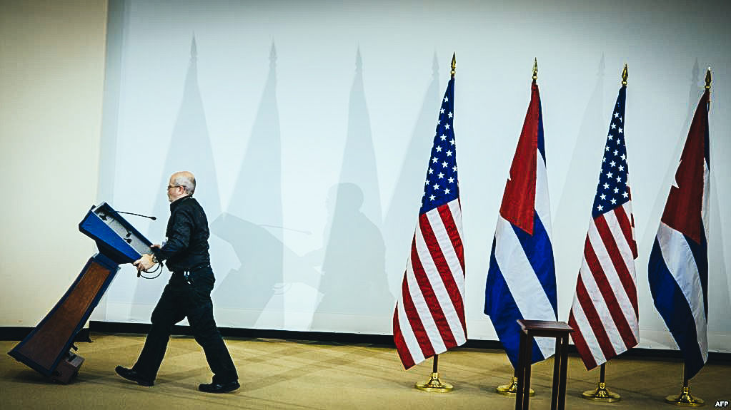 Banderas de Estados Unidos y Cuba.