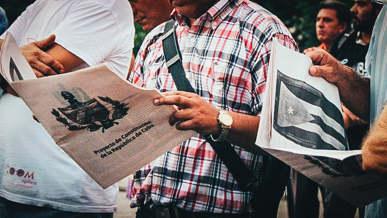 Un grupo de cubanos lee el documento del proyecto de nueva Constitución de la isla.EFE / ARCHIVO