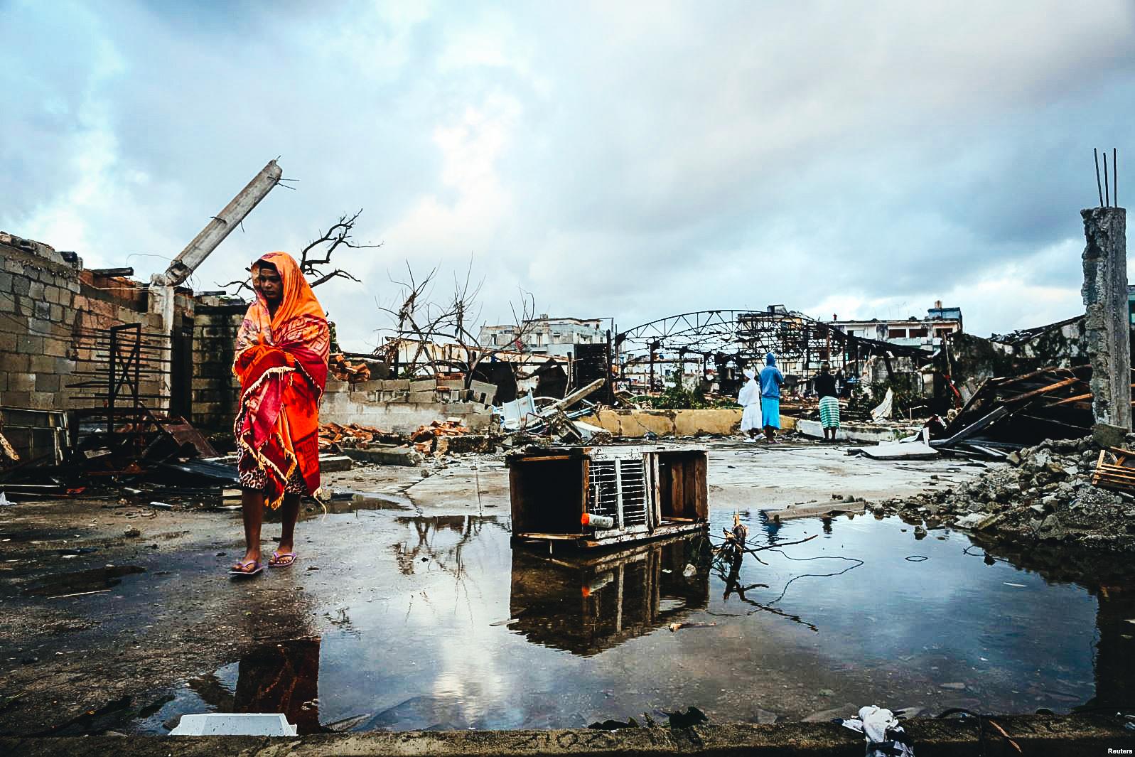Una mujer recorre la destrucción que ha dejado el tornado en su vecindario en La Habana.
