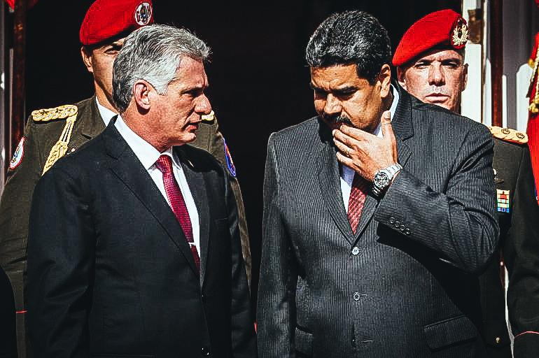 El dictador venezolano, Nicolás Maduro (der.), habla con el designado gobernante cubano, Miguel Díaz-Canel (izq.), el miércoles 30 de mayo de 2018, en Caracas, Venezuela. EFE/ARCHIVO