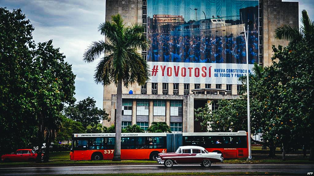 Carteles gubernamentales promoviendo el #YovotoSi a la refroma constitucional.