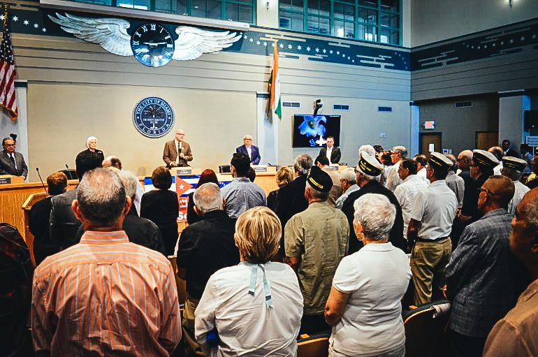 La audiencia escucha las notas de los himnos de Cuba, Nicaragua y Venezuela durante el congreso de la Asamblea de la Resistencia Cubana. FOTO JESÚS HERNÁNDEZ