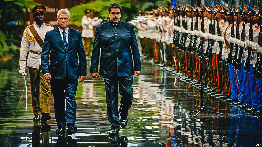 Maduro pasa revista a la guardia de honor del Palacio de la Revolución en La Habana, acompañado de Díaz-Canel.