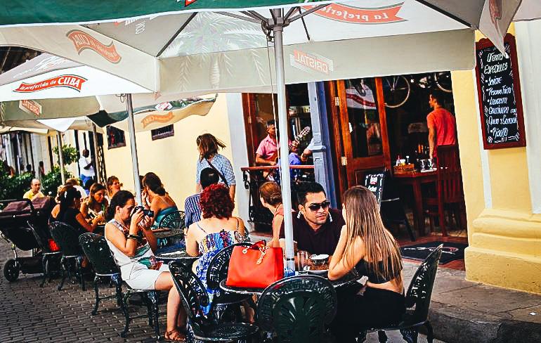 Forografía de archivo fechada en octubre de 2016 de varios turistas en un restaurante privado en La Habana, Cuba.EFE/Alejandro Ernesto