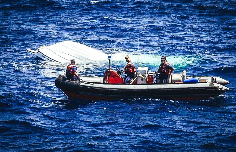 La Guardia Costera rescató en los Cayos de Florida, en el extremo sur de Florida, a 26 cubanos que intentaron llegar ilegalmente a EEUU en un rústico bote de madera que estaba a punto de zozobrar y deportó a 25 de ellos este martes. EFE