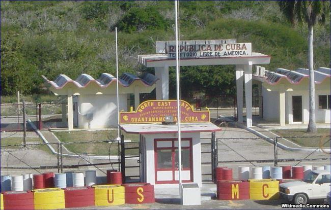 Punto fronterizo en la Bahía de Guantánamo, al frente, territorio de la Base Naval de EEUU; al fondo, la garita de control de Cuba. ( Foto: RUSMCUSA)