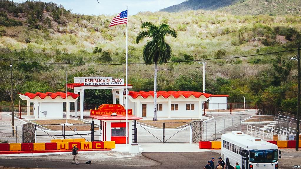 Punto de entrada a la Base Naval de EEUU en Guantánamo.