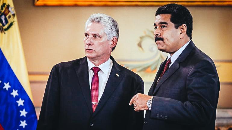 El designado gobernante cubano, Miguel Díaz-Canel (izq.), habla con su homólogo venezolano, Nicolás Maduro, en Caracas, el 30 de mayo de 2018, en el Palacio de Miraflores.EFE/Miguel Gutiérrez