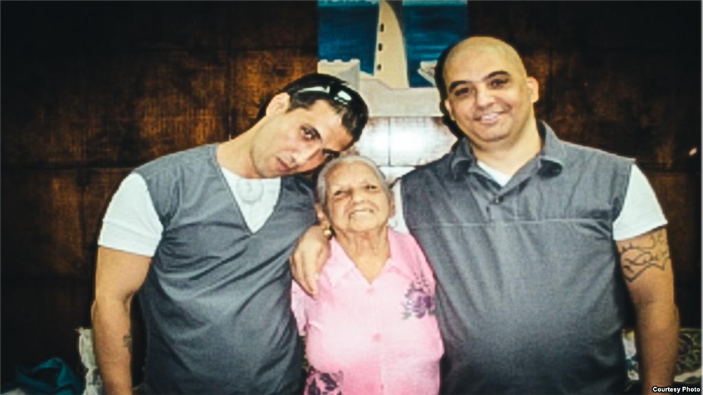 Harold Alcalá Aramburu y Mikel Delgado Aramburu con su abuela durante una visita a la prisión.