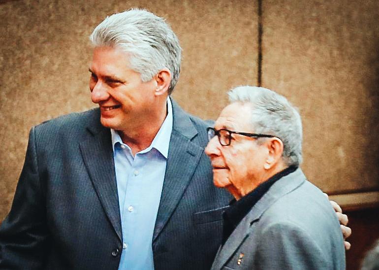 En la imagen un registro del exgobernante cubano Raúl Castro Ruz (d), y Miguel Díaz-Canel (i). EFE/Archivo