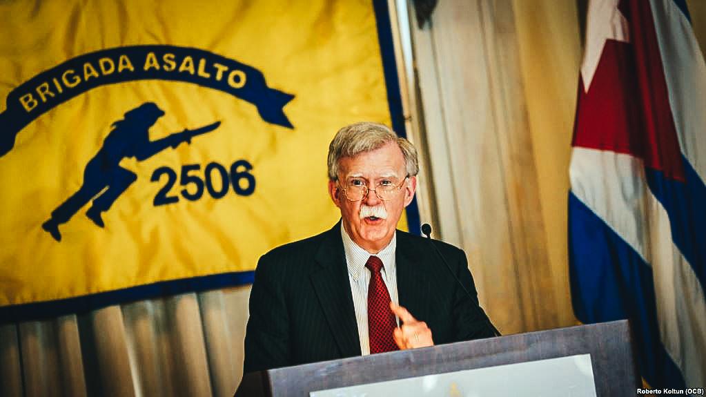 El asesor de Seguridad Nacional John Bolton hace un discurso frente a los veteranos de la Brigada 2506 y otros exiliados en el Hotel Biltmore de Coral Gables.