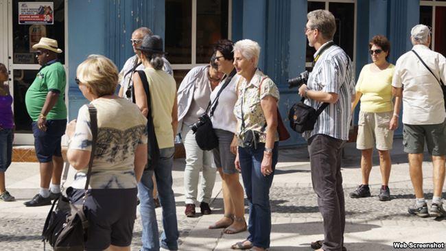 Turistas en el paseo de la calle general Garcia, Bayamo