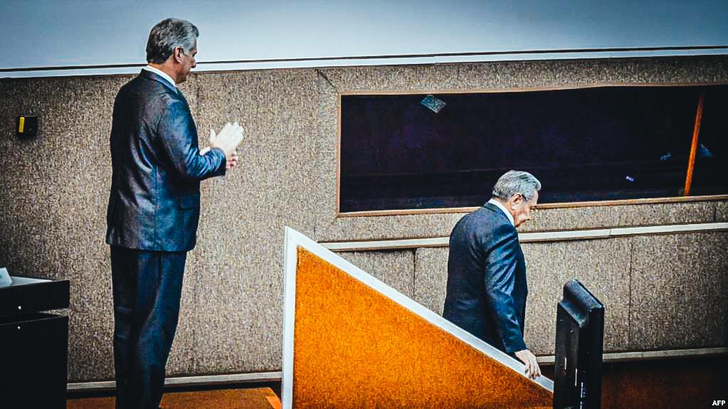 Miguel Díaz-Canel aplaude a Raúl Castro en la ceremonia de traspaso de poder el 19 de abril de 2018.