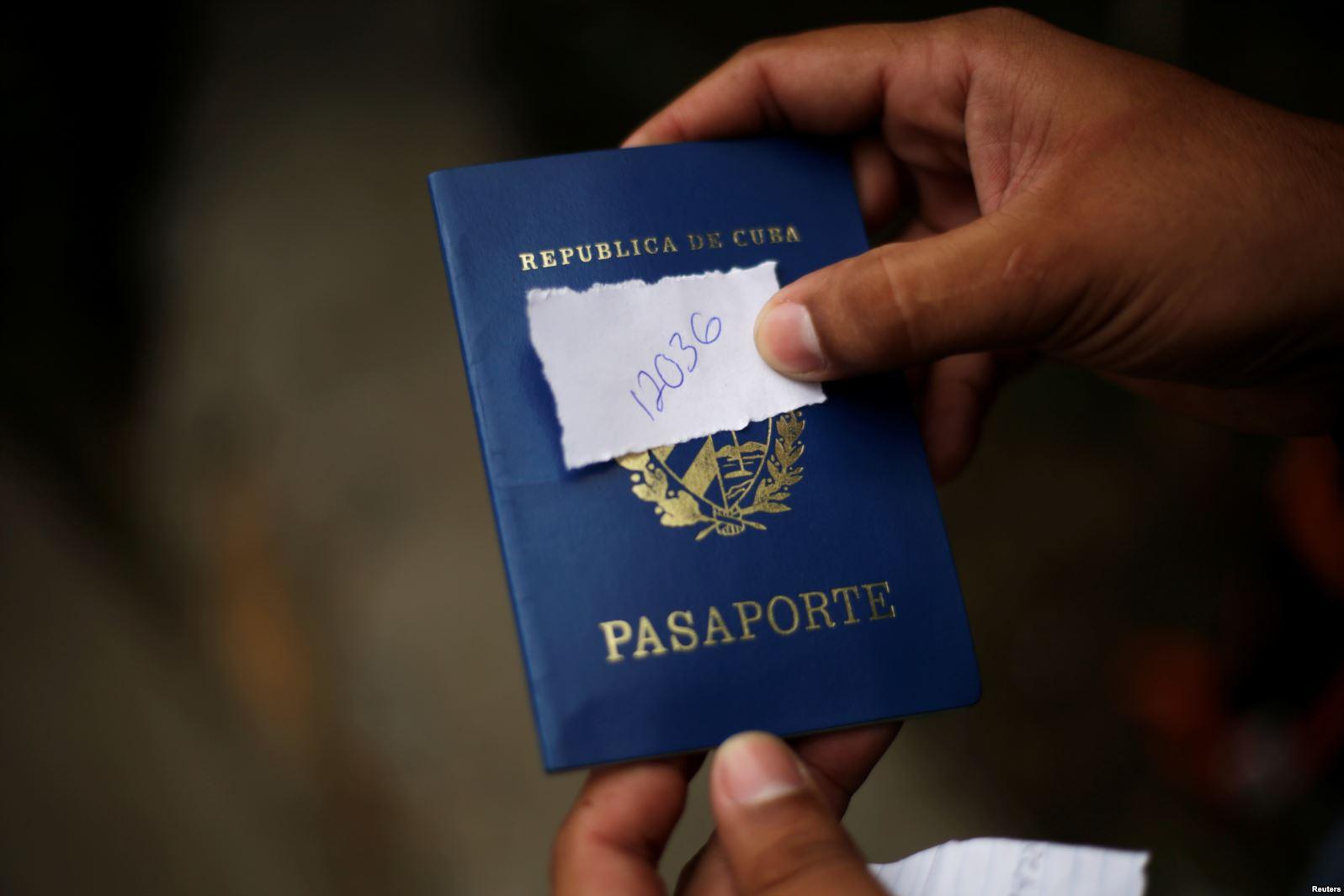 Un cubano en Ciudad Juárez muestra su turno para solicitar asilo en EEUU.