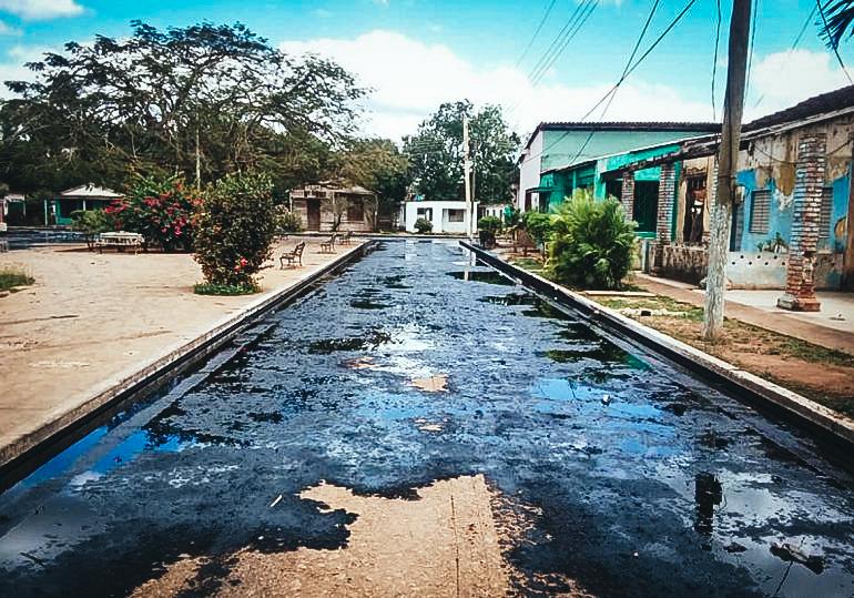 Fotografía publicada por Radio Reloj de una de las calles del poblado Jesús Rabí,en el occidente cubano, inundadas de petróleo.