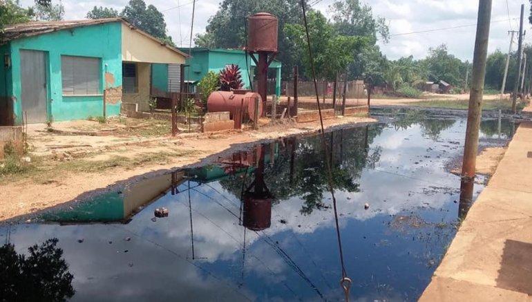 Fotografía publicada por Radio Reloj de una de las calles del poblado cubano Jesús Rabí, en Calimete, Matanzas, afectada por el derrame de petróleo del sábado 20 de abril de 2019.