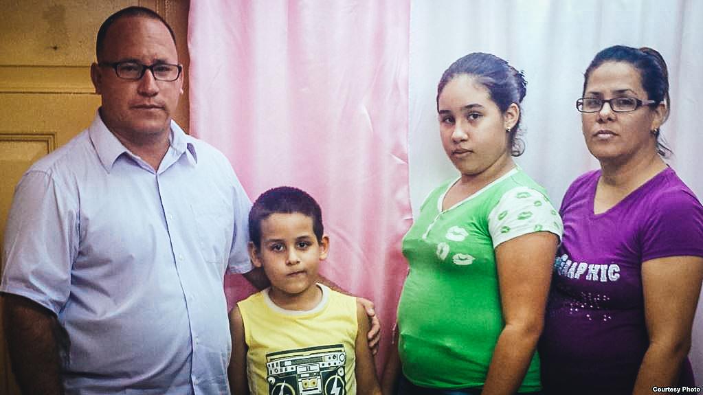El pastor Ramón Rigal, junto a sus hijos y su esposa Ayda Expósito.