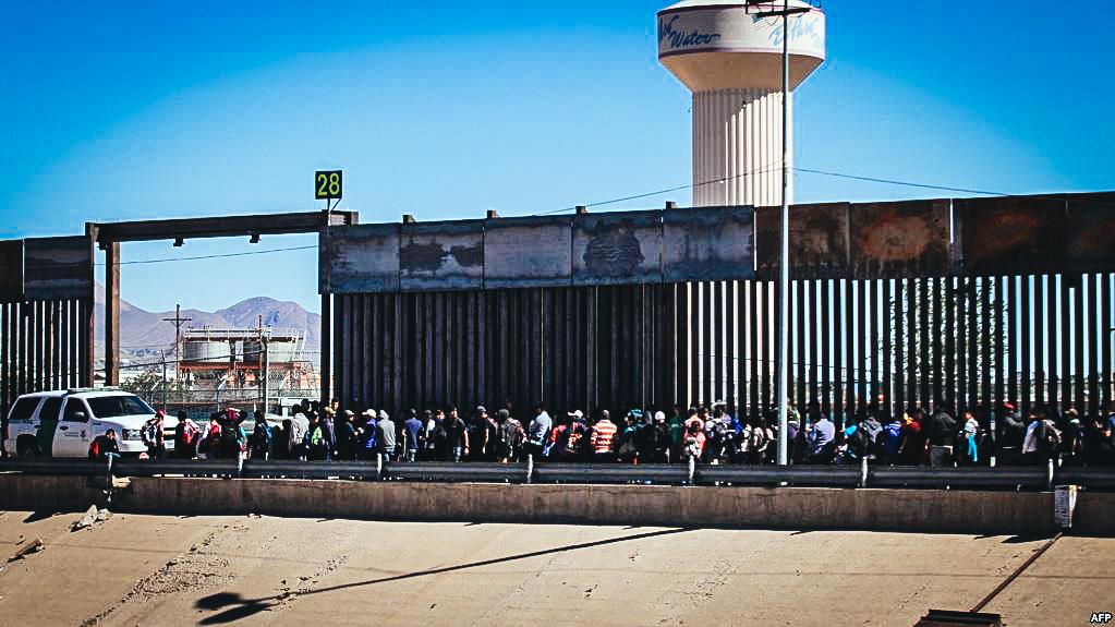 Migrantes centroamericanos se rinden a los oficiales de la Patrulla Fronteriza de los Estados Unidos después de cruzar a El Paso, Texas, desde Ciudad Juárez, estado de Chihuahua, México.