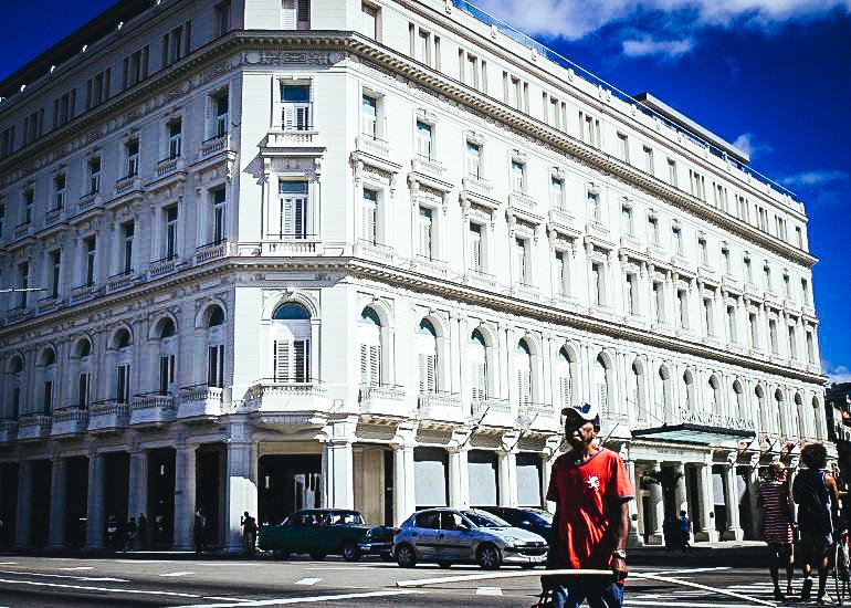 Vista del Gran Hotel Manzana Kempinski, en la emblemática Manzana de Gómez, en La Habana, propiedad de la empresa militar Gaviota.EFE/Alejandro Ernesto