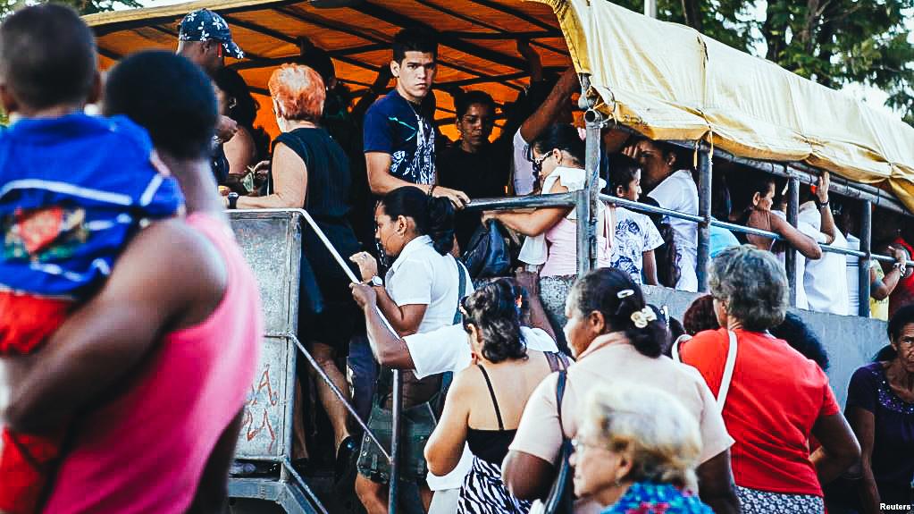 Pasajeros abordan un camión en Santiago de Cuba. (Archivo)