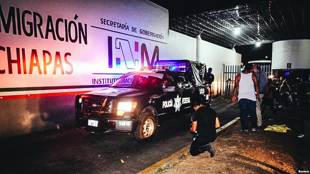 Policía mexicana chquea la estación migratoria Siglo XXI en Chiapas, tras la fuga de cientos de migrantes el 25 de abril.