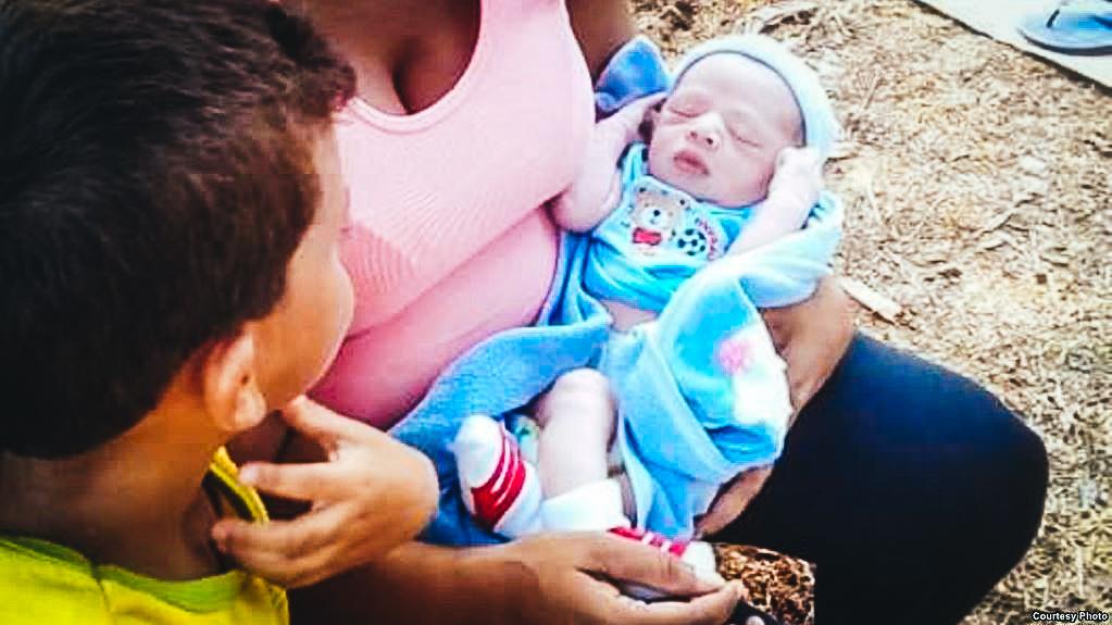 Gladis Pérez con su bebé Darién en brazos.