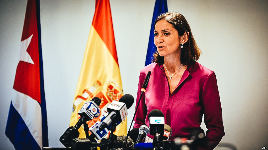 La ministra de turismo de España, Reyes Maroto habla durante una conferencia de prensa en La Habana.
