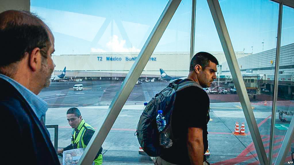 Pasajeros en el aeropuerto internacional de Ciudad México.
