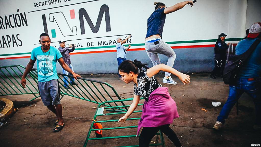 Imagenes de la sexta fuga de cubanos de recinto para migrantes en Tapachula, México.