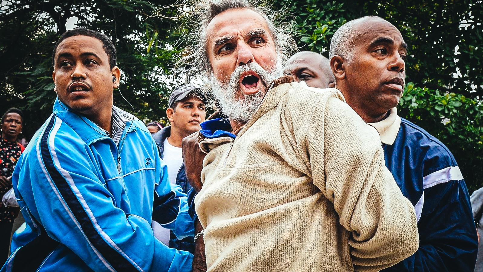 El periodista independiente Agustín López arrestado en La Habana en el Día de los Derechos Humanos en 10 de diciembre de 2014.