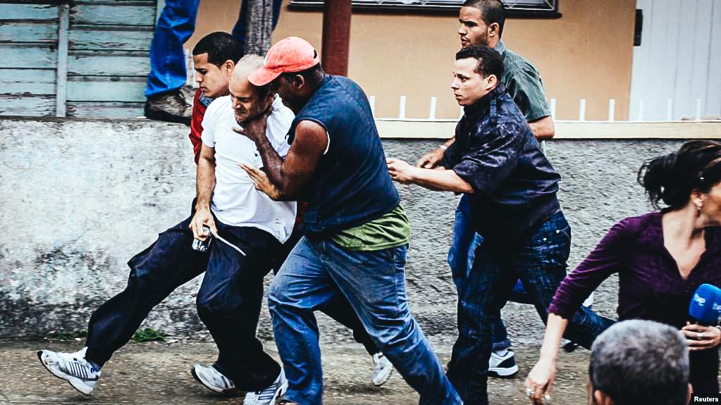 Guardias vestidos de civil arrestan a un opositor que marchaba junto a la Damas de Blanco. Foto Archivo 17 de marzo de 2010.